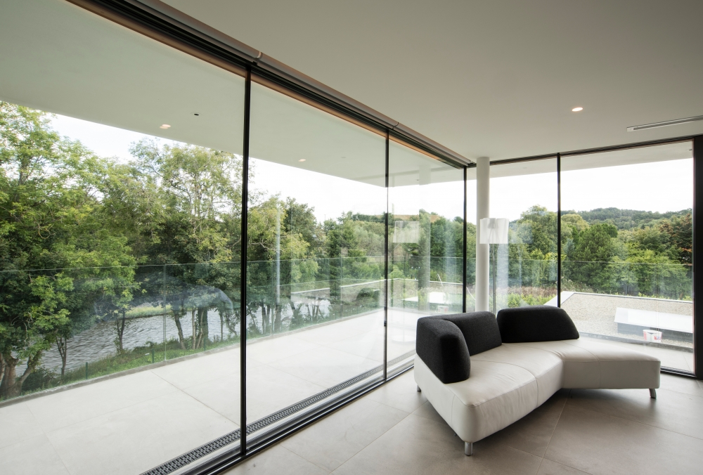 an-elegant-modern-villa-with-cantilevering-forms-overlooking-the-river-clyde-south-lanarkshire-16