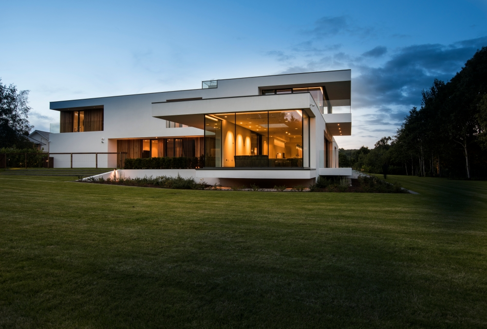 an-elegant-modern-villa-with-cantilevering-forms-overlooking-the-river-clyde-south-lanarkshire-8