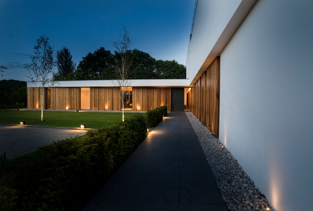 an-elegant-modern-villa-with-cantilevering-forms-overlooking-the-river-clyde-south-lanarkshire-9