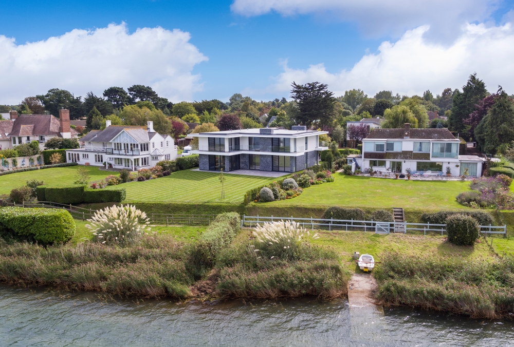coastal-residence-overlooking-chichester-harbour-west-sussex-located-within-an-area-controlled-by-the-chichester-harbour-conservancy-8