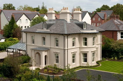Elegantly proportioned city house with stucco finish settles into plot in conservation area
